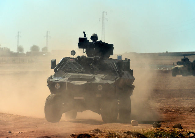 Turecká vojenská technika na syrské hranici.