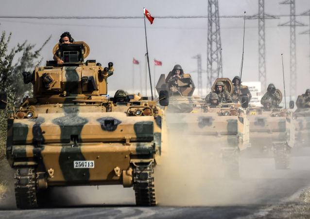 Tank turecké armády u hranice se Sýrií