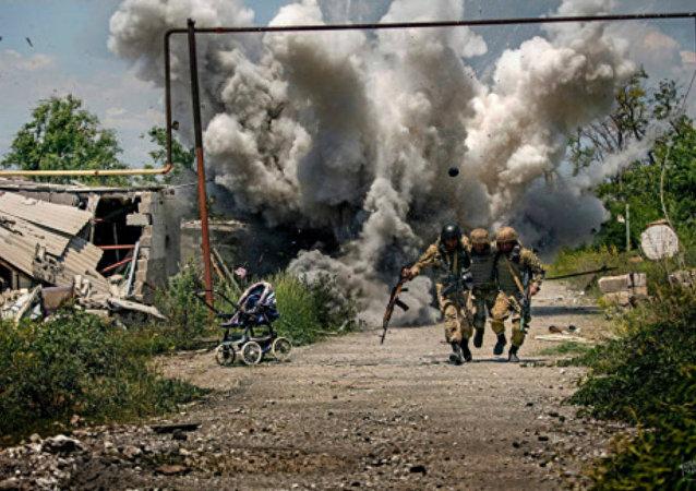 Fotograf Dmitrij Muravský byl přistižen při falšování fotografií války