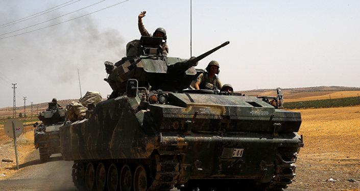 Turecký voják na syrsko-turecké hranici