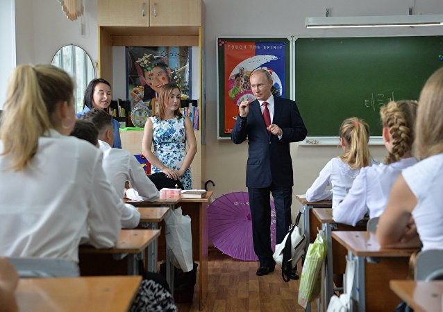 Ruský prezident Vladimir Putin během návštěvy gymnázia ve Vladivostoku
