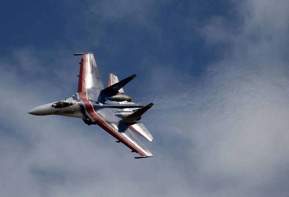 Víceúčelová stíhačka Su-27 skupiny letecké akrobacie Russkije viťazi