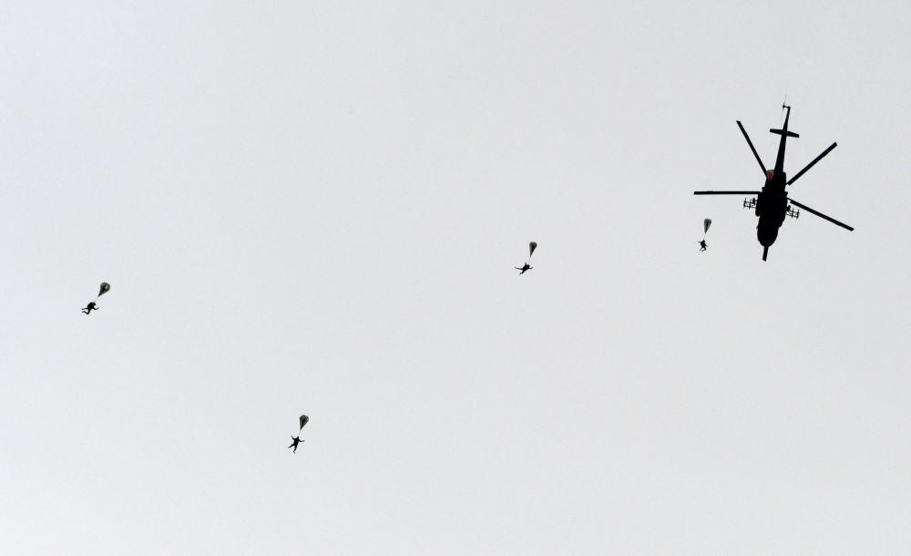 Výsadek z vrtulníku Mi-8 během ukázkových cvičení