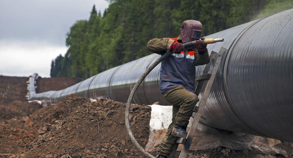 Dělník obnovuje plynovod