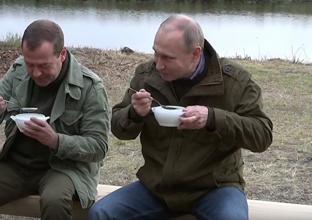 Novgorodští rybáři pohostili Putina a Medvěděva rybí polévkou