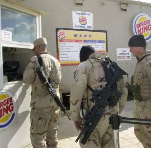 Američtí vojáci ve frontě do restaurace Burger King