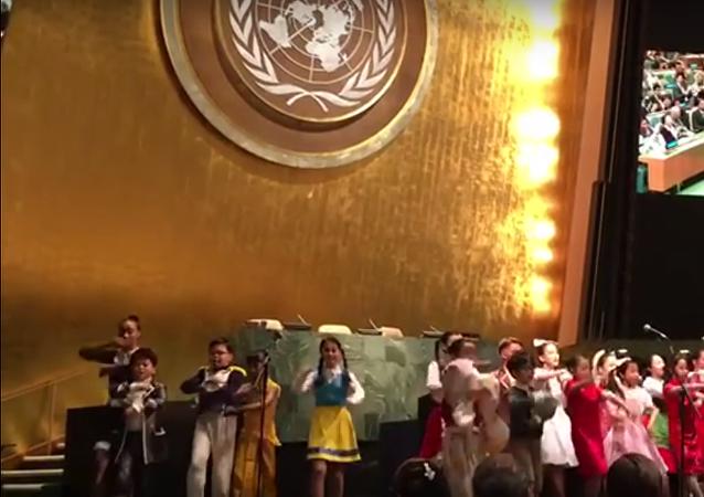 Děti z Jižní Koreje zazpívali DiCapriovi Kalinku na Valném shormáždění OSN