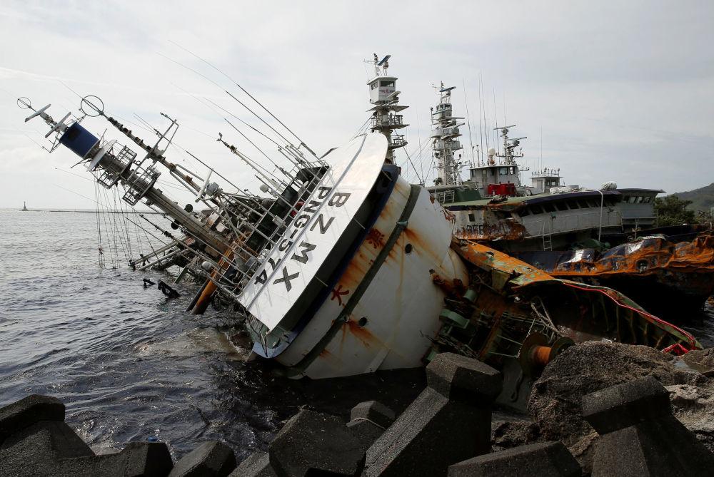 Rybářská loď v Tchajwanu převracená tajfunem Meranti