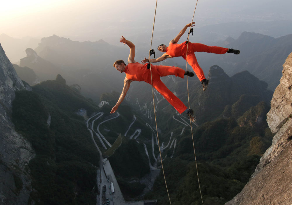 Tanečníci vystupují na skálách v Číně
