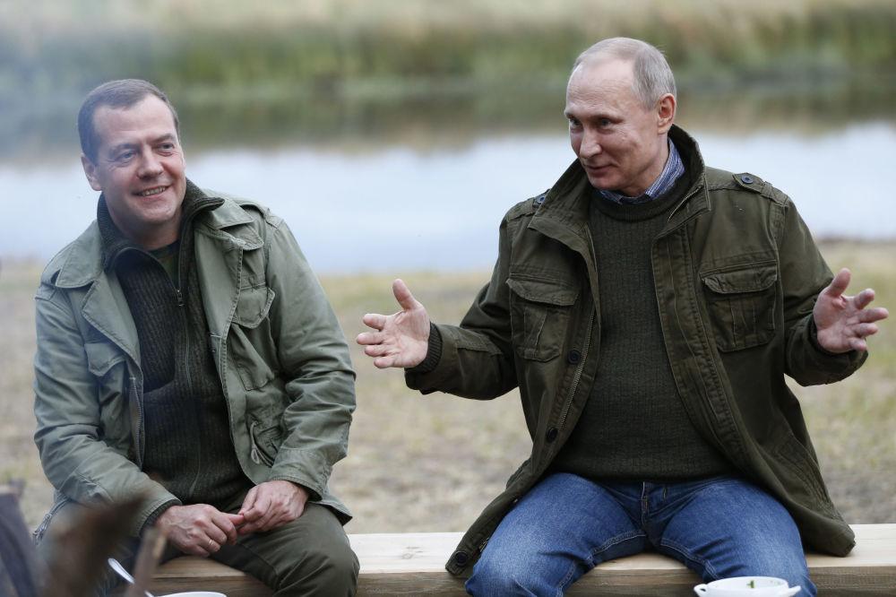 Premiér RF Dmitrij Medveděv a prezident Vladimir Putin na ostrově Lipno v Novgorodské oblasti