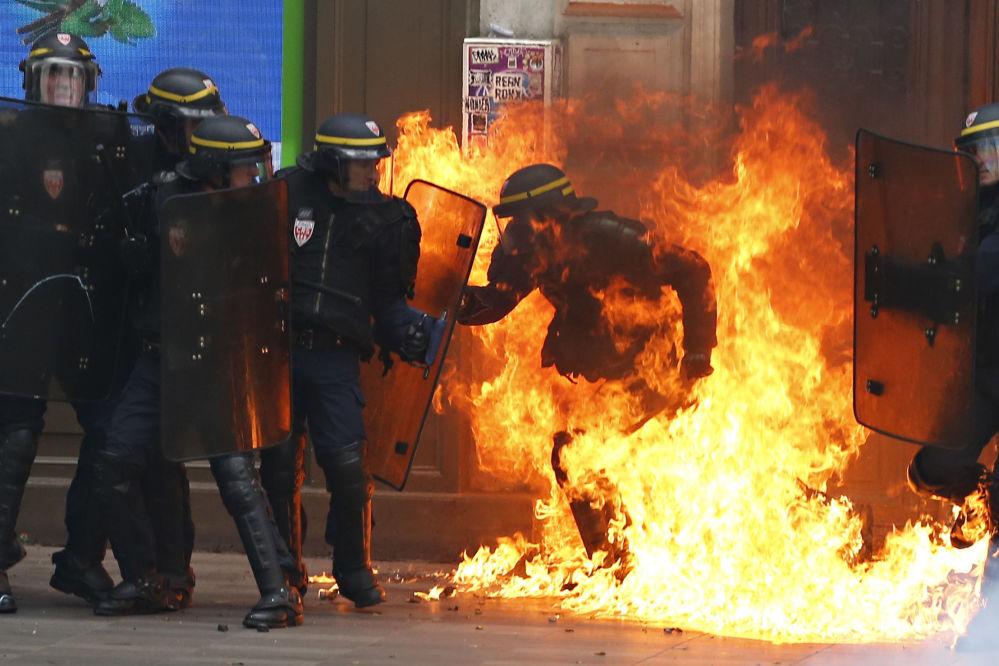 Francouzská speciální jednotka během protestů proti reformě zákoníku práce v Paříži