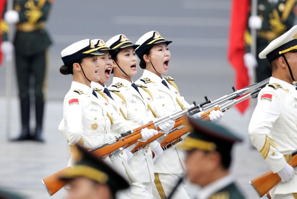 Ženská četa čestné stráže čínské armády poprvé pochoduje na přehlídce v Pekingu
