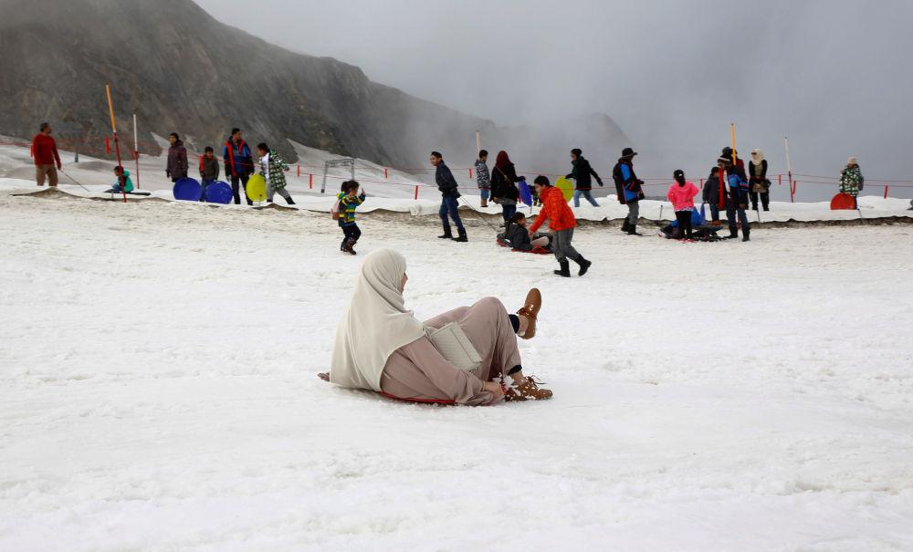 Arabští turisté se radují sněhu na vrcholu hory Kitzsteinhorn v Rakousku