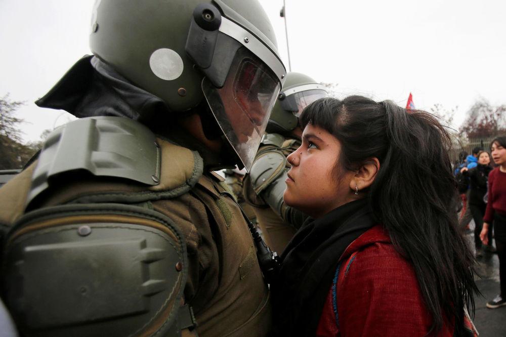 Policie a účastníci protestu u příležitosti výročí vojenského převratu 1973 v Santiagu, Chile
