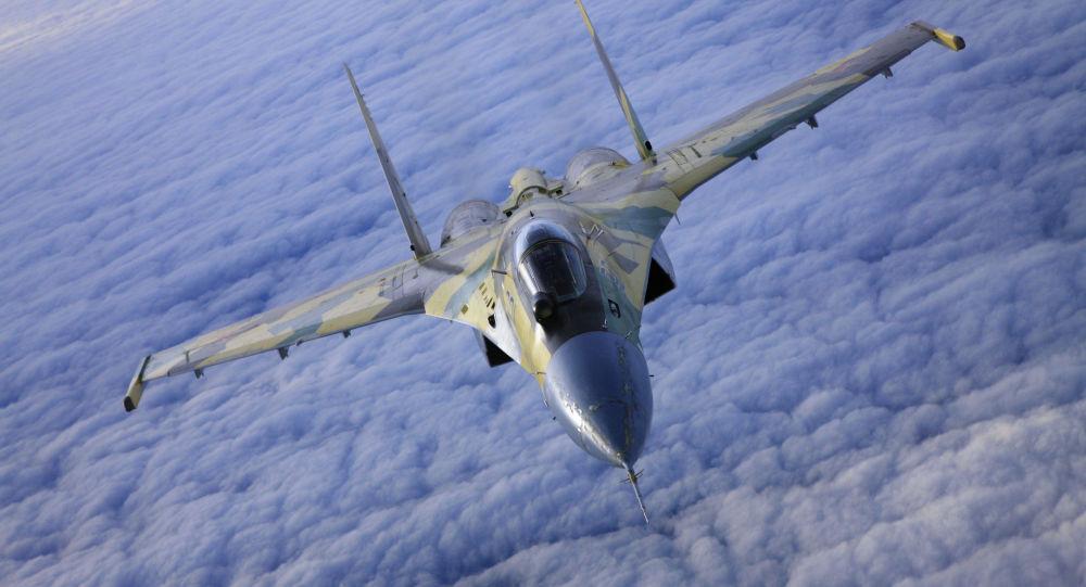 Stíhačka SU-35 v letu.