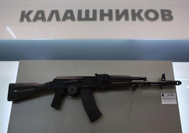 Automat AK-74 ve výloze obchodu koncernu Kalašnikov, který byl otevřen na letišti Šeremetěvo