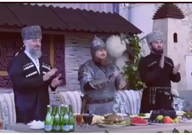 Ramzan Kadyrov přišel na slavnostní událost v přilbě, s mečem a kopím.