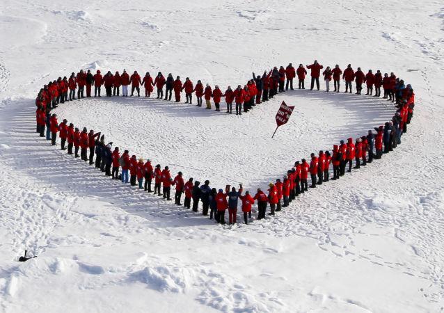 Turisté na Severním pólu. Archivní foto