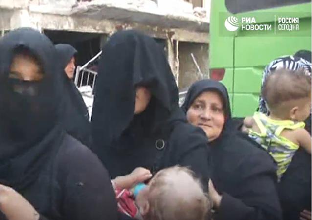 Obyvatelé Aleppa utíkali humanitárním koridorem v dýmu a za zvuku střelby