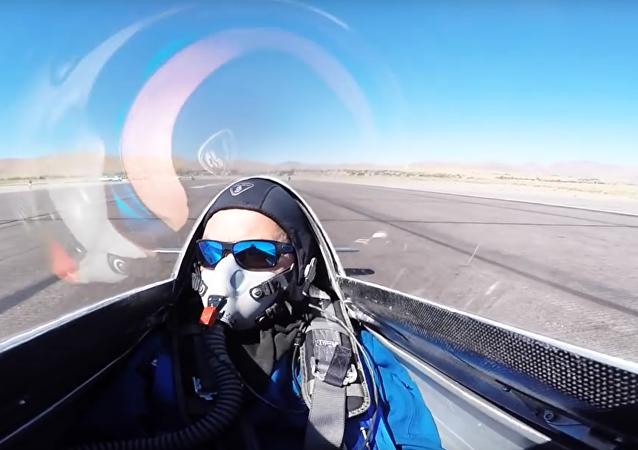 Letadlo zavadilo křídlem o letce. VIDEO