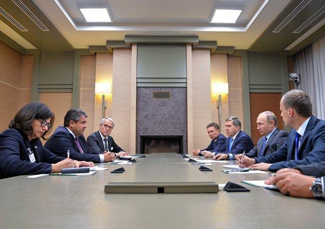Sigmar Gabriel na schůzce s Vladimirem Putinem