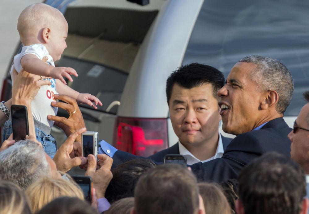 Prezident USA Barack Obama se dívá na novorozeně v New Yorku, USA