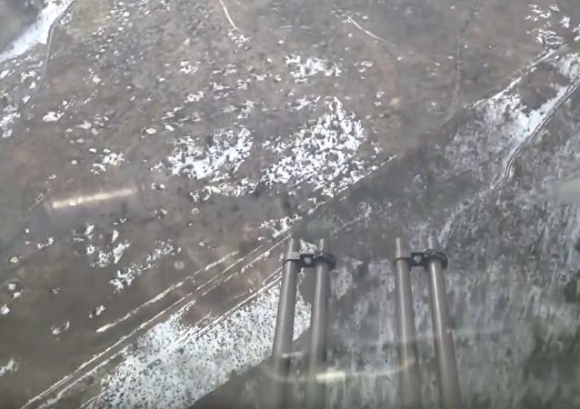 Letoun Il-76 střílí ze zadních kanónů