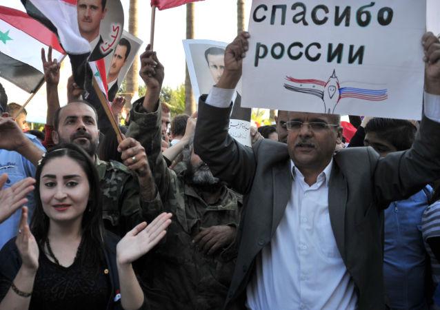 Účastníci mítinku v Tartusu na podporu operace ruského letectva v Sýrii.