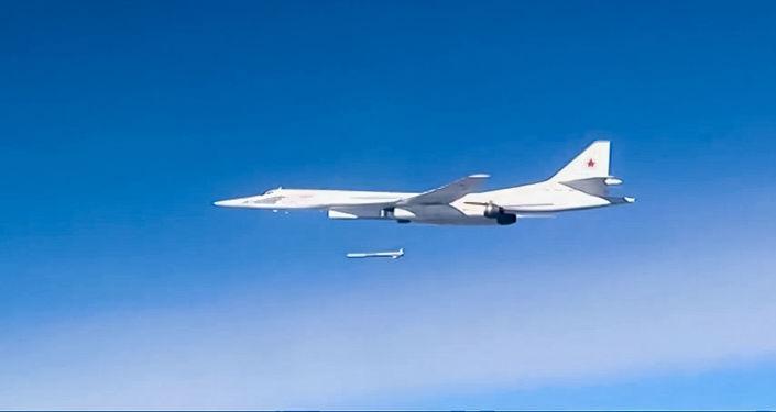 Strategický bombardér Tu-160 při bombardování pozic IS v Sýrii