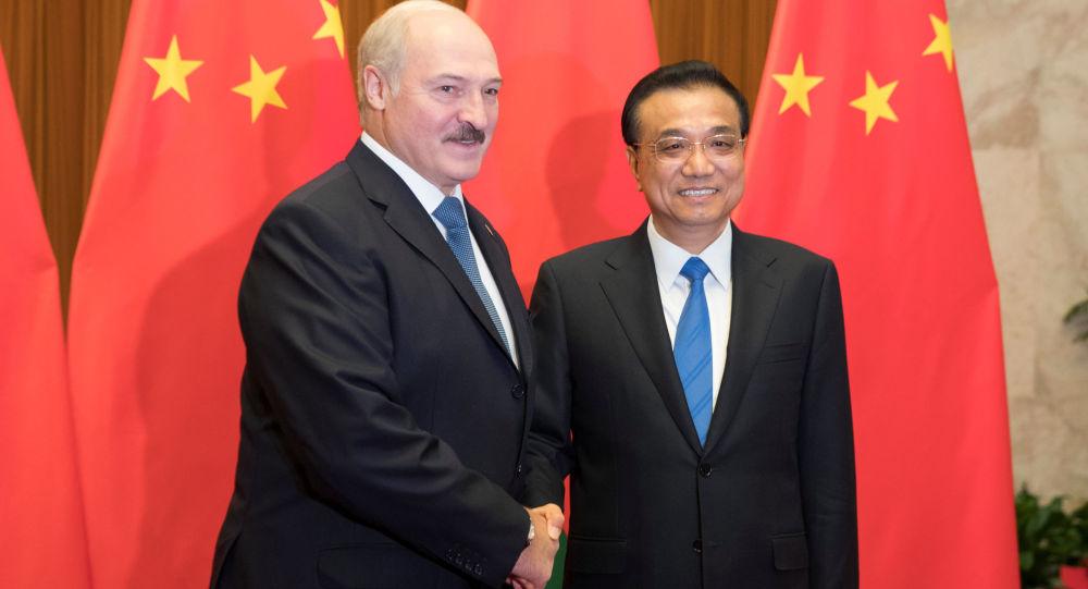 Alexandr Lukašenko a Li Kche-čchiang během návštěvy Číny