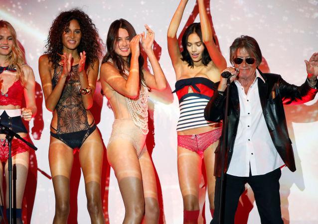 Vystoupení herce a zpěváka Jacquese Dutronca na módní přehlídce Etam Live Show Lingerie v Paříži
