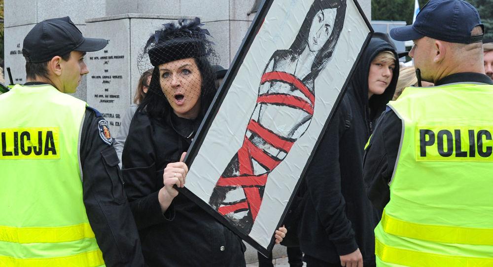 Žena během demonstrace proti potratům v Polsku