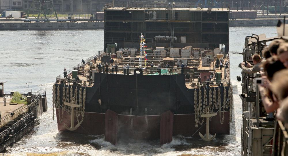 Spouštění na vodu energetického bloku plovoucí atomové elektrárny Akademik Lomonosov