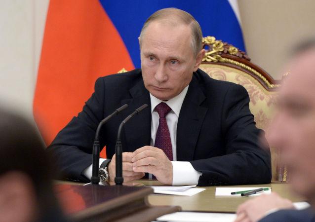 Prezident Vladimir Putin během porady s členy vlády Ruska
