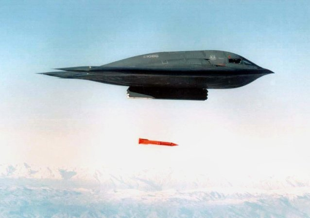 Bombardér B-2 shazuje bombu B61-11