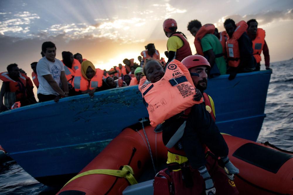 Italská pobřežní stráž zachránila v oblasti Středozemního moře více než šest tisíc migrantů z Libye
