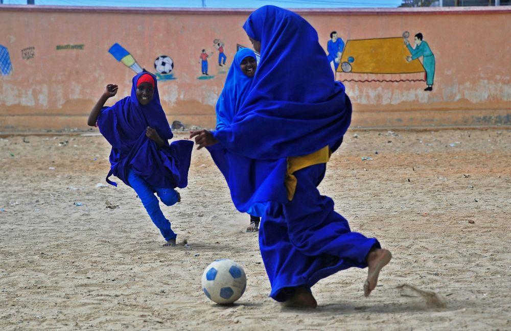Somálské školačky o přestávce hrají fotbal
