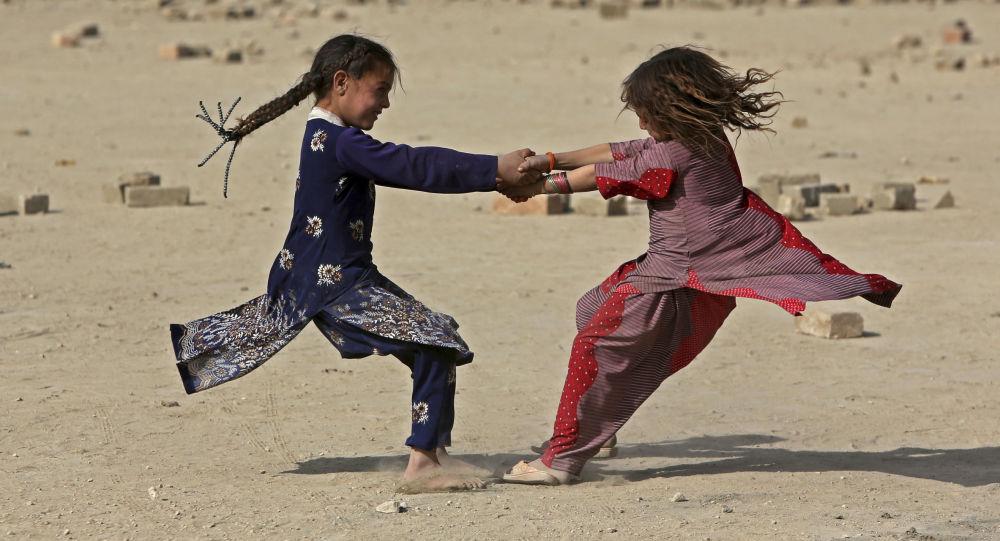 Afghánská holčička více než 10 let kvůli otci předstírala, že je chlapec