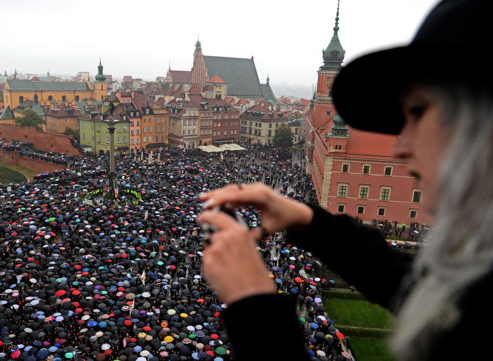 V Polsku se minimálně 98 tisíc lidí zúčastnilo protestů proti zpřísnění zákonů o potratech