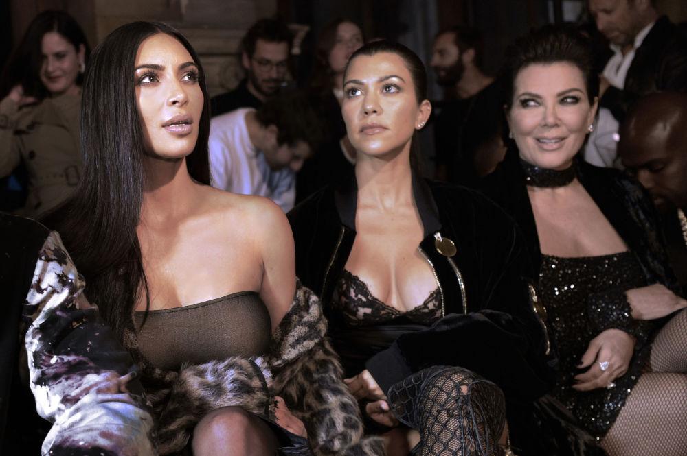 Kim Kardashian, Kourtney Kardashian a Kris Jenner na výstavě v rámci Paris Fashion Week