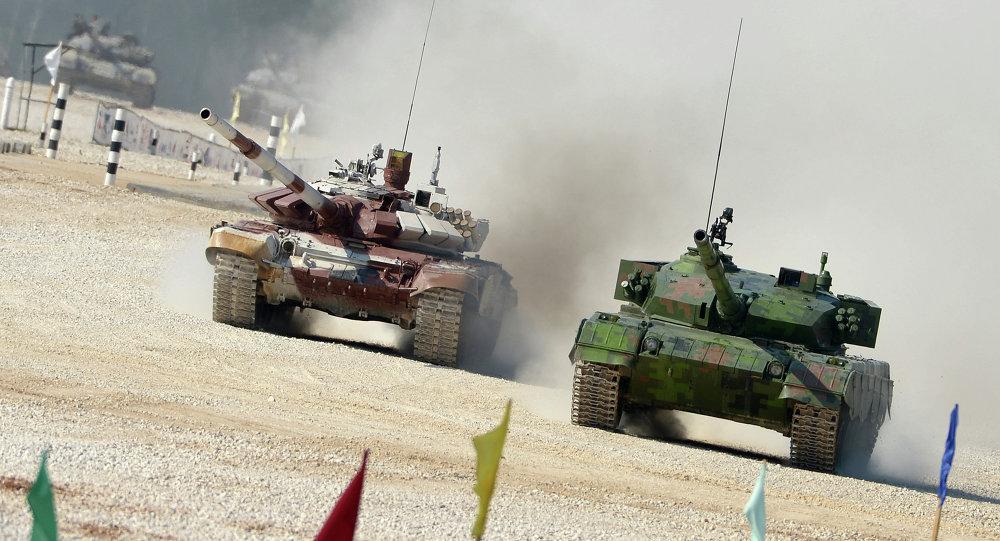 Čínský tank Typ 96A a ruský T-72B během tankového biatlonu