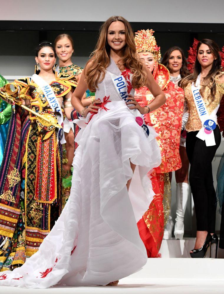Miss Polsko Magdalena Bienkowska na přehlídce pro tisk soutěže Miss International Beauty Pageant v Tokiu