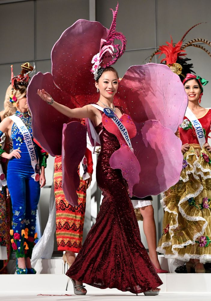 Miss Singapur Huiqi Wang na přehlídce pro tisk soutěže Miss International Beauty Pageant v Tokiu