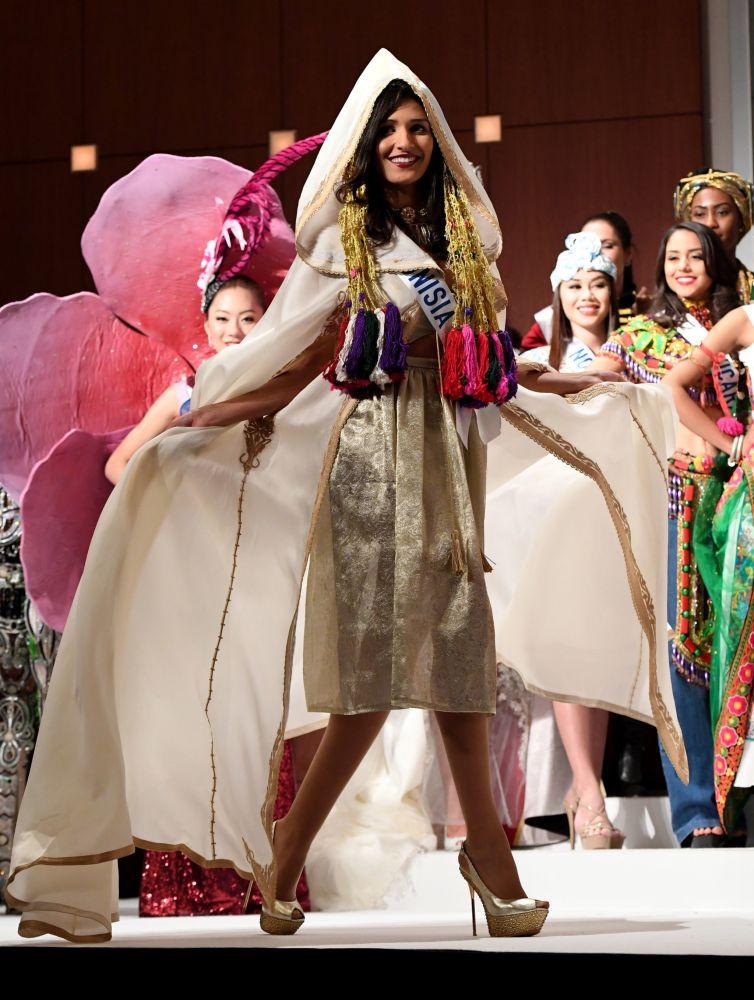 Miss Tunisko Hiba Telmoudi na přehlídce pro tisk soutěže Miss International Beauty Pageant v Tokiu