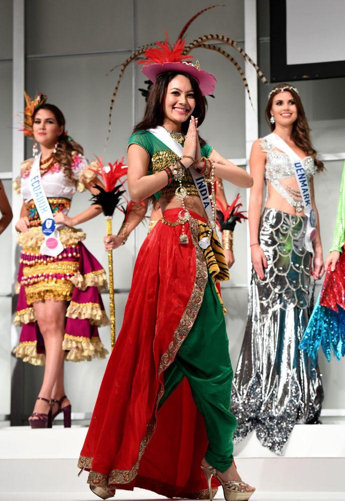Miss Indie Rewati Chetri na přehlídce pro tisk soutěže Miss International Beauty Pageant v Tokiu