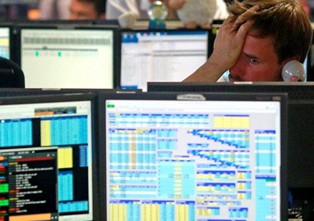 Londýnští tradeři krátce po otevření burzy po hlasování o brexitu, 2016