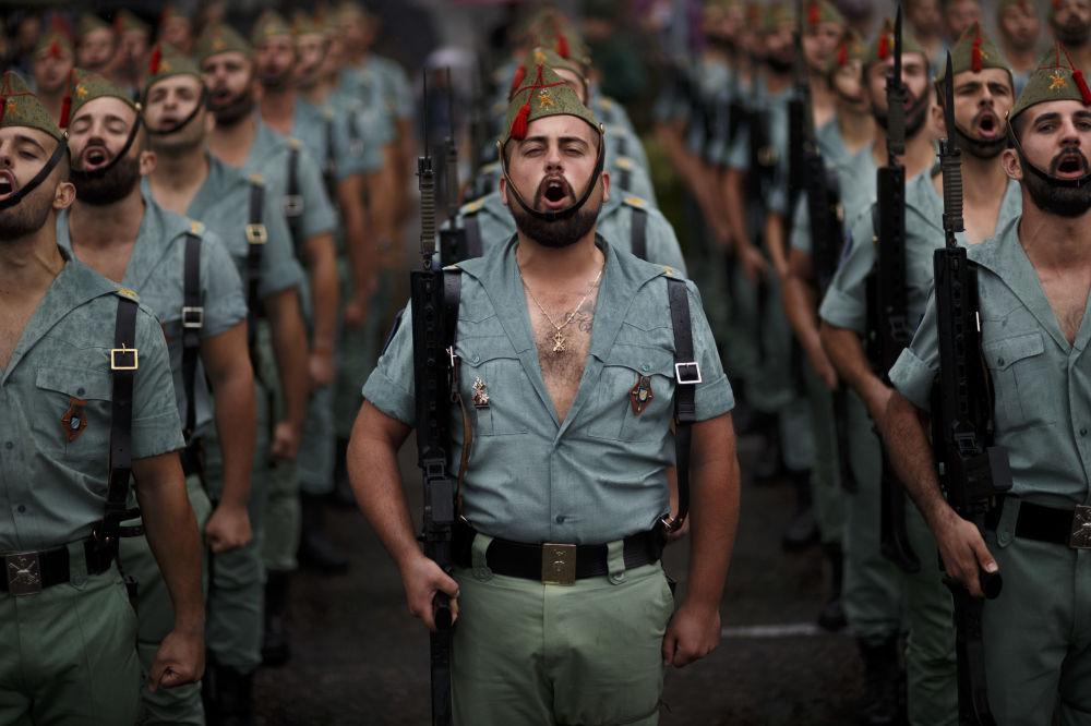Členové Španělské legie na přehlídce v Madridu