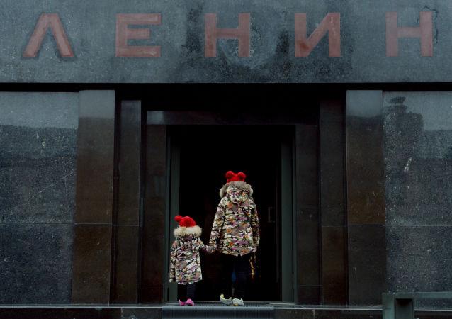 Děti u vchodu do Leninova mauzolea na Rudém náměstí v Moskvě