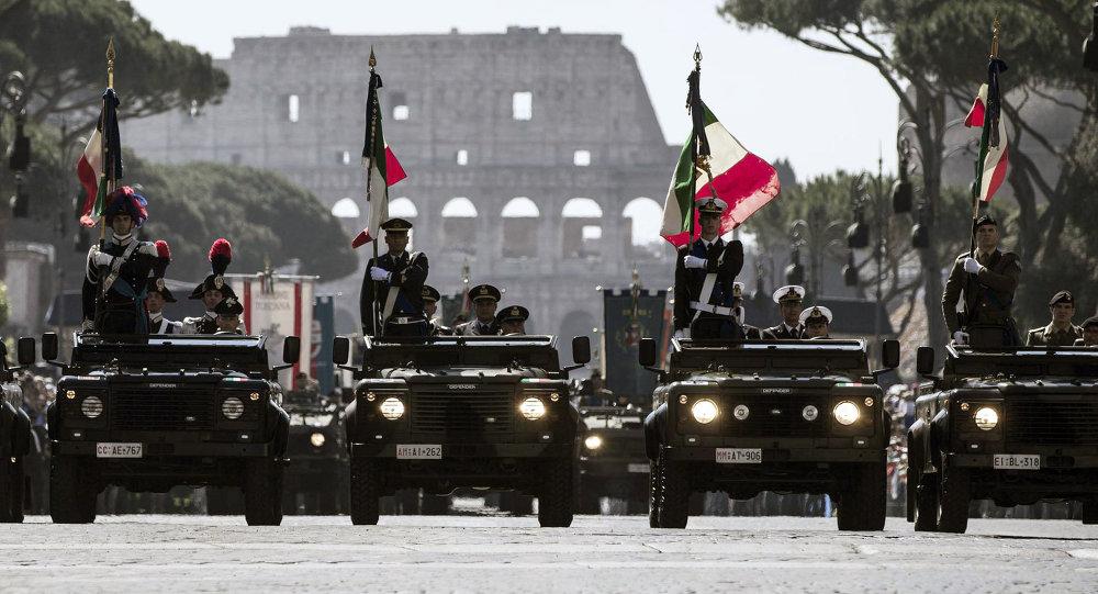 Italští vojáci během Dne republiky na pozadí Kolosea v Římě
