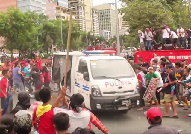 Policejní vozidlo najíždělo do protestujících u Velvyslanectví USA na Filipínách. VIDEO